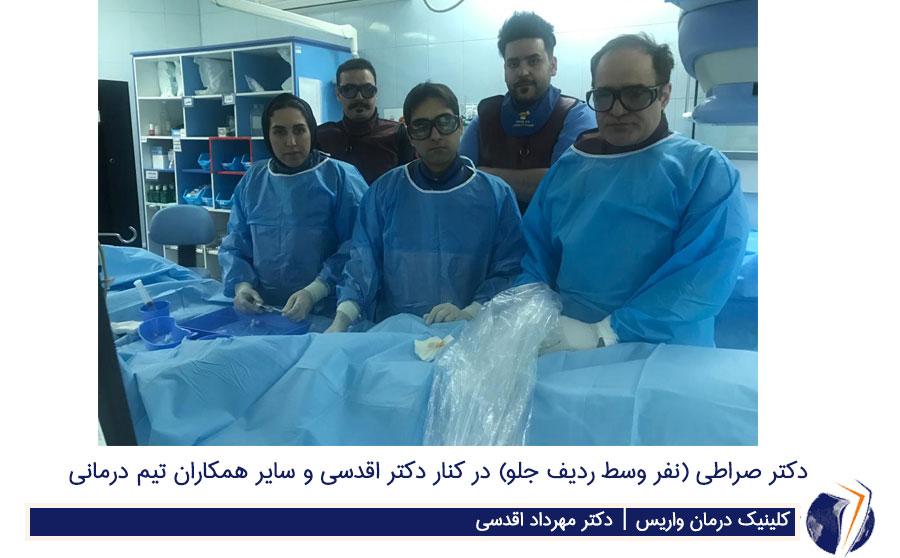 دکتر صراطی نفر وسط از حلو در کنار دکتر اقدسی و سایر همکاران تیم درمانی
